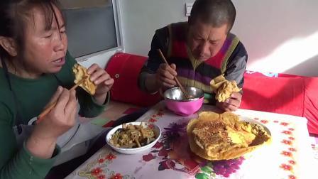 玉米发面烙饼怎么做好吃?农村大黑一口大饼一口烩菜,吃得真馋人搞笑视频