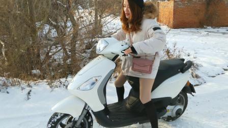 qq857006979 美女雪地骑摩托打滑1