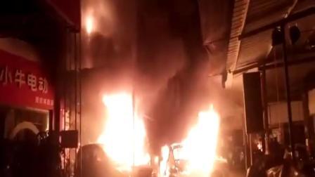 电动车门面深夜起火 疑因充电时锂电池爆炸