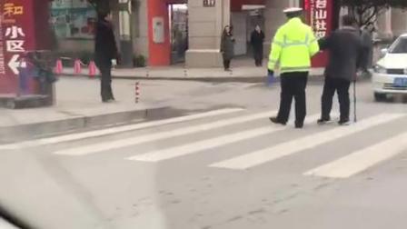 执勤交警搀扶老人过斑马线 被市民拍下点赞