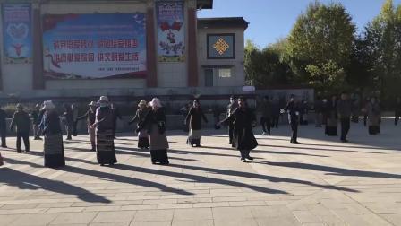 实拍日喀则扎什伦布寺前藏民的广场舞