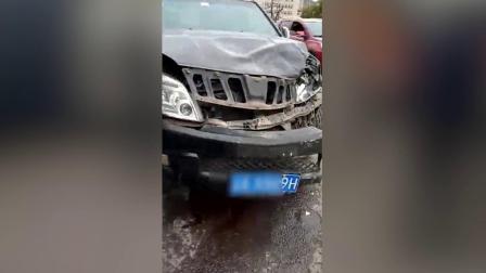 货车与小车当街相撞 货车侧翻车内人员被困