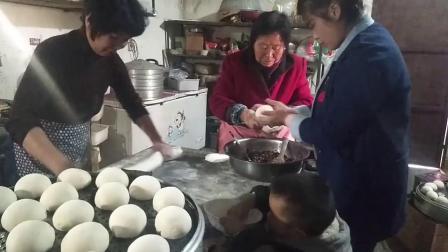 农村婆婆在蒸包子,儿媳妇好心过来帮忙,婆婆