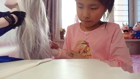 给叶罗丽娃娃护理头发。