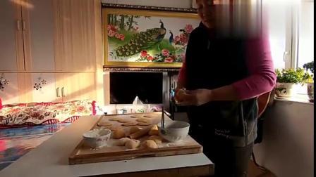 农村小豪:老爸老妈又秀恩爱,豆沙脑瓜饼真好吃,还有东北菜豆腐