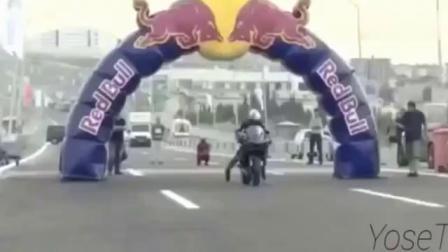 牛人把摩托车速度开到400公里,看得人心跳加速