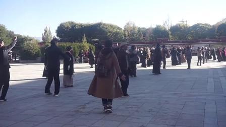 实拍日喀则扎什伦布寺广场上藏民跳广场舞,节奏很欢快