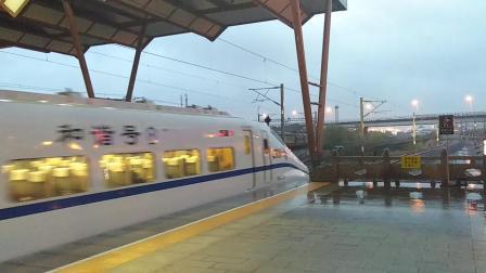 HXD3C 0682牵引K1328次(苏州-南昌)与CRH2C-2074担当G7054次(上海-南京)同时出苏州站