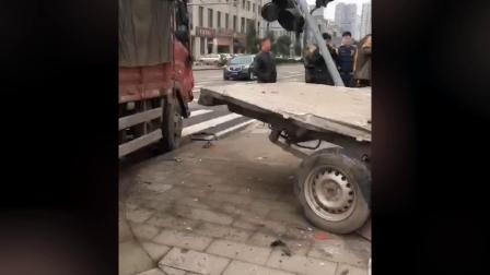 货车与面包车相撞 车辆受损现场狼藉