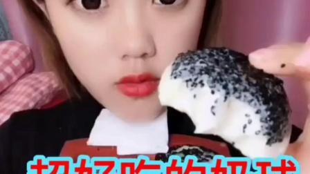 美女吃冰块 一口一个嘎嘣脆 杯子冰 格子冰 圆形冰