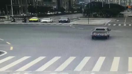 监拍:小型货车抢黄灯冲路口被撞飞