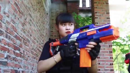 搞笑CS枪战-小伙险被反秒,妹子这狙击来的准