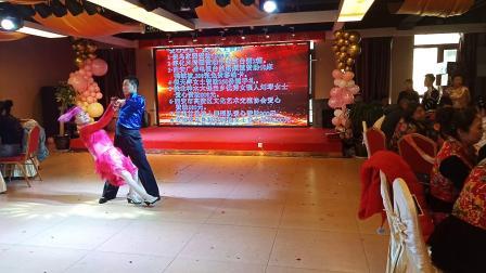甘谷达人舞蹈队表演女儿情