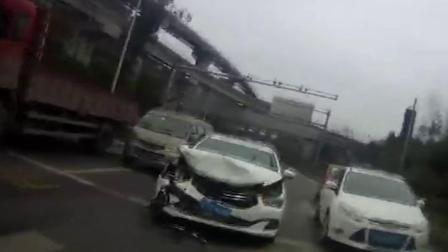 司机驾车开小差 径直撞上等红灯车辆