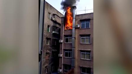 宾馆顶楼突发大火 炸裂声不断浓烟滚滚
