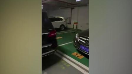 私家车位被占 车主挡车砸玻璃泄愤