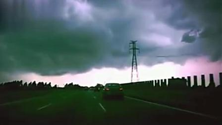 高速路天眼拍下一段离奇画面