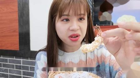 """妹子探店试吃""""黄金蝴蝶虾"""",裹上面包糠炸一炸,隔壁小孩都馋哭"""
