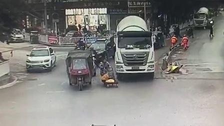女子推车上车道 推车遭罐车卷入车底