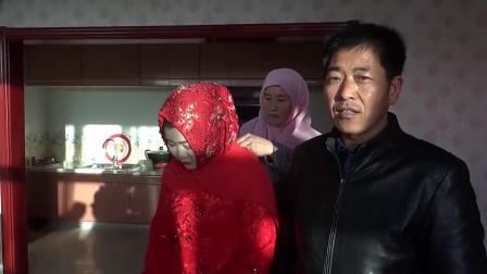 在宁夏固原农村,姑娘冻雨天出嫁,太冷了,新娘打扮好严实