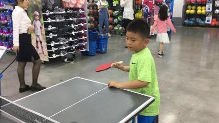 【7岁】5-22哈哈在迪卡侬跟小朋友一起玩乒乓球滑板车