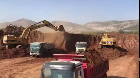 工地实拍,四台卡特挖掘机同时作业,挖土装车过程