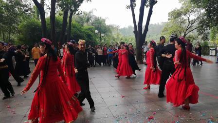 兄弟姐妹喜迎新春联欢会,表演新疆舞《达坂城的姑娘》