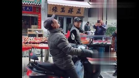 天津网红大爷又开唱了,一开嗓不知道吸引了多少人,值得一听!