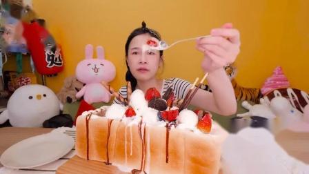 台湾女孩自己做了一个,超大份的蜜糖冰激凌吐司,好吃到痛哭流涕