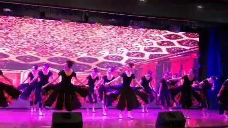维吾尔族舞蹈组合(2013届大专三班)