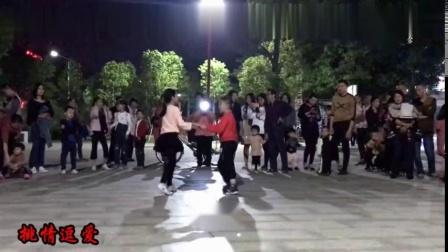 逆天了两小孩广场上跳双人舞舞姿表情到位大妈们都服了