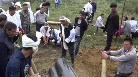 贵州农村土葬,孝子跪地上背对着棺材,这风俗