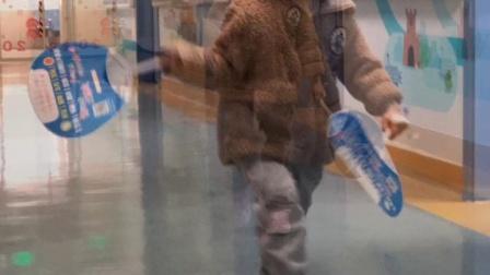 瑶瑶与妈妈在儿童医院走廊追逐玩耍(2018年12月8日星期六上午)(2分13秒)