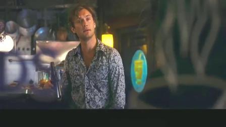 蓝莓之夜:美女来到咖啡馆,并向帅哥要了支烟