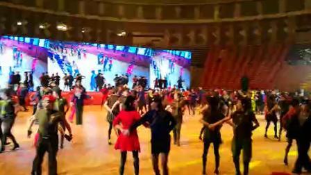 冬冬水兵舞五周年年会,甘肃省兰州花盛水兵舞队与狐狸老师和西西老师共舞二套。