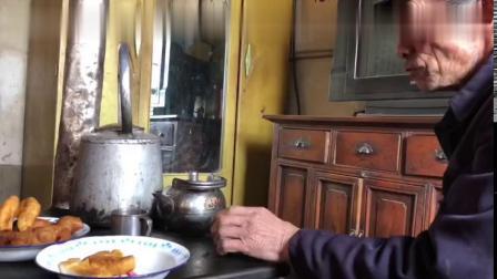 霞甘肃定西通渭罐罐茶,一口油饼一口茶,农村人的一份清闲8557