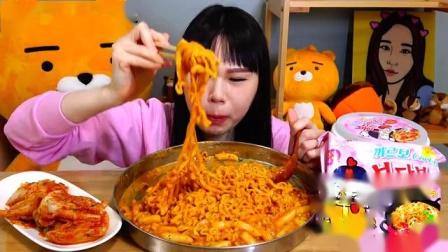 【韩国吃播】弗朗西斯卡吃火鸡面、辣年糕、烤鸡腿-火鸡面