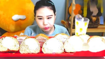 吃播:韩国卡妹吃摩卡小圆面包,蘸着牛奶一口气吃十个