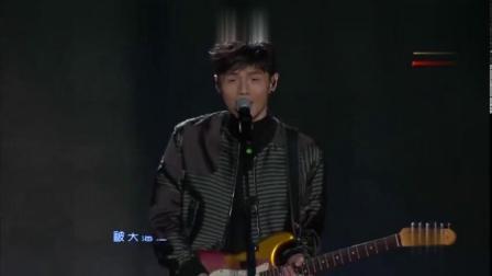 李荣浩自弹自唱《火烧的寂寞》,小小的眼睛里有藏不住的深情!