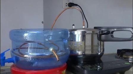 农村小伙用水桶和铜管制作蒸馏水收集器,边蒸米饭边收集纯净水