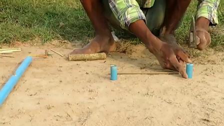 民间牛人用圆管和竹片制作捕猎陷阱,看这效果