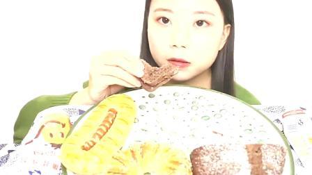 小姐姐吃可可欧包、红豆面包和香肠包,隔着屏幕就嘴馋!