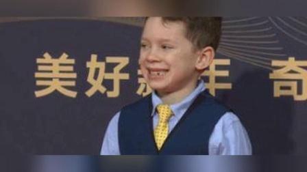 心疼Gavin,假笑男孩走红毯脸都笑僵了,看来他是累了!