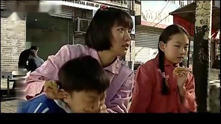 仨孩子去找亲妈,饿的不行,仨孩子啃一个烧饼,亲妈却买鱼吃