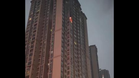 住宅高层突发火情 火势凶猛黑烟冲天