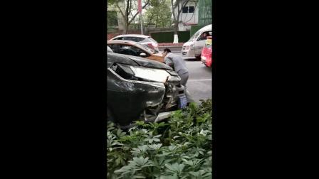 女子将油门当刹车踩 驾车冲上路边花台