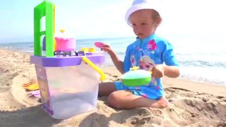小朋友在海滩玩煮饭过家家游戏啦