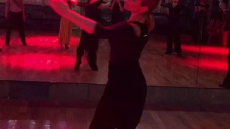 摩登舞向前向后摆动倾斜技能练习