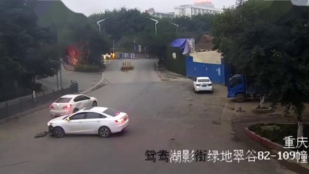 小车掉头时与直行小车发生碰撞  监控还原事发瞬间