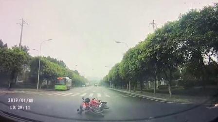 摩托车驾驶员路口被撞倒地  还需承担主要责任